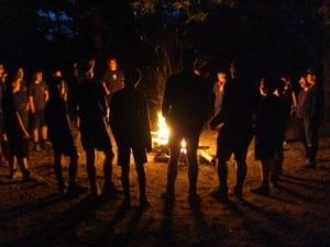 Gruppo scout davanti al falò