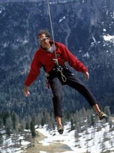L'alpinista Marco Da Pozzo appeso a una corda in montagna