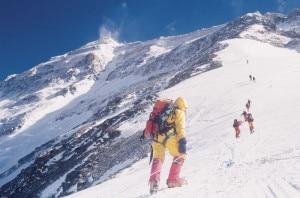 Everest parete Nord, alpinista sale a campo 2