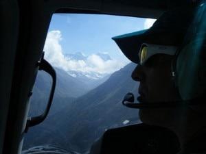 Simone Moro pilota l'elicottero verso il campo base dell'Everest