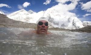 Gordon Pugh nuota nel lago del khumbu a 5.300 metri