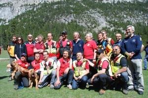 Bertolaso con i tecnici del 21esimo Corso per Unità Cinofile del Cnsas in Val di Susa
