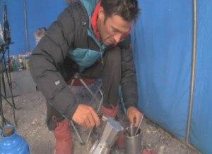 Barmasse prepara il caffè nella tenda