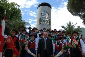 Il presidente Durnawalder davanti al boccale di birra