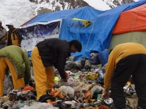 Rifiuti al base del K2 (Photo M.Gallo)