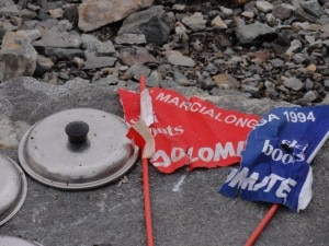 K2, bandierine abbandonate tra i rifiuti