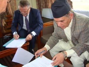 Agostino Da Polenza e Surendra Raj Kafle firmano l'accordo per l'Himalayan Seed Bank