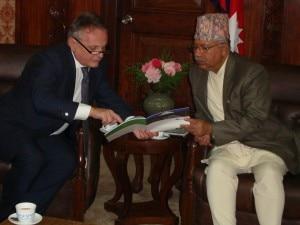 Agostino Da Polenza con il primo ministro nepalese Madhav Kumar Nepal