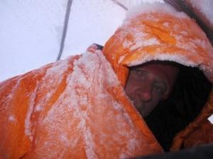 Cory Richards dopo una gelida notte ai campi alti (Photo courtesy www.simonemoro.com)