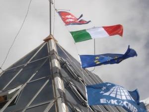 La bandiera italiana sventola dalla Piramide dell'Everest
