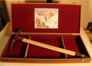 La celebre piccozza d'oro firmata Grivel, premio del Piolet d'or