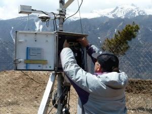 Giampietro Verza controlla una delle stazioni nella Valle del Khumbu