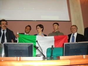 Il ministro Gelmini consegna la bandiera italiana ai membri della spedizione