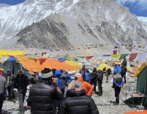 Everest, riunione al campo base (Photo courtesy www.edurnepasaban.com)