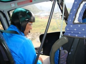 Simone Moro pilota verso Namche