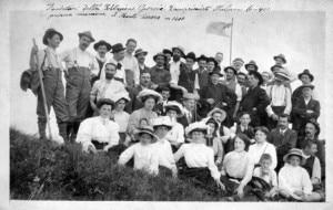 Il gruppo che il 29 giugno 1911 fondò l'Uoei in cima al Monte Tesoro (Photo courtesy ilpuntostampa.info)