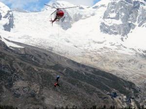 Il corpo dello Sherpa trasportato in elicottero al campo base e poi a Kathmandu