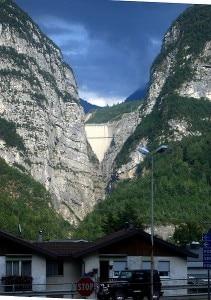 La diga del Vajont vista da Longarone (Photo Emanuele Paolini)