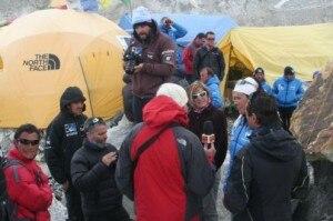 La troupe di Sky al campo base dell'Everest