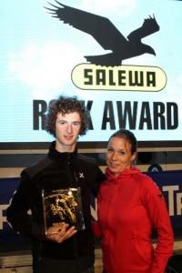 Adam Ondra riceve il Salewa Rock Award da Ruth Oberrauch di Salewa Italia