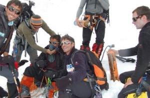 Gli alpinisti sorridono al termine del soccorso al GI (Photo Luis Rousseau - Desnivel)