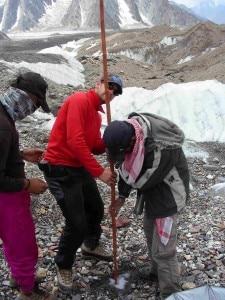 Il team di glaciologi Share-Paprika al lavoro in Karakorum (Photo Giampietro Verza)