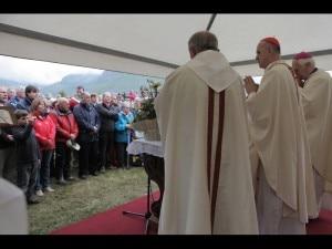 Il Cardinal Bertone a Introd (Photo courtesy euronews.net)