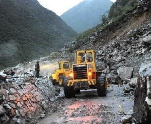 Ruspe al lavoro per rimuovere i detriti del terremoto e delle frane in Tibet (Photo courtesy of www.news.cn)