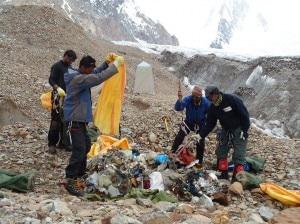 La spazzatura raccolta dalla campagna di pulizia Keep Karakorum Clean