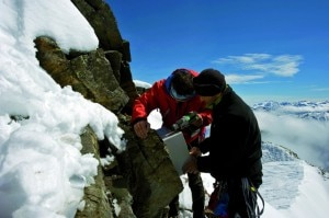 Il posizionamento dei termometri per lo studio del permafrost in Alta Valtellina (Photo Share Stelvio)