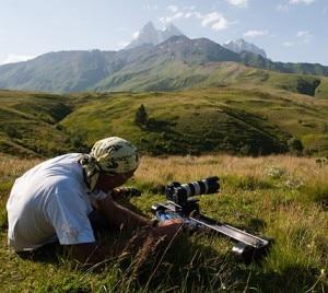 Un componente della spedizione prepara la macchina fotografica nella giusta prospettiva (Photo courtesy of http://www.macromicro.it)