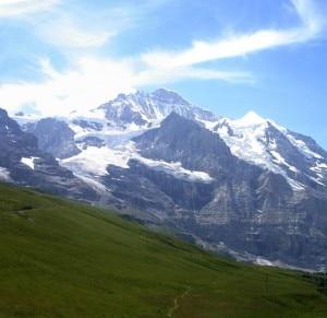 Il ghiacciaio Giesen (a sinistra) nel versante nord-est della Jungfrau. (Photo Ashraf Nassef courtesy of www.panoramio.com)