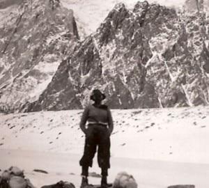 Dudley Wolfe di fronte al Broad Peak (Photo courtesy of George C. Sheldon Family)