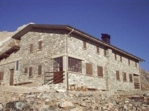 Il rifugio Capanna 2000 sul Monte Arera (© 2002 Rifugio Capanna 2000)