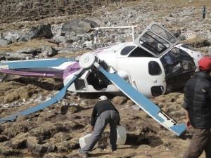L'elicottero schiantatosi questa mattina a Lobuche, ai piedi dell'Everest