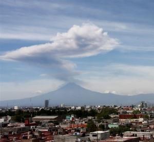 La colonna di vapore del vulcano Popocatepetl (© Francisco Guasco / EPA)