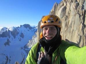 Colin Haley sulla cima dell'Aguja Innominata (Photo www.colinhaley.blogspot.com)