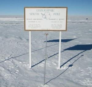 La pietra miliare e il cartello che indicano il Polo Sud geografico (Photo courtesy of www.esrl.noaa.gov)