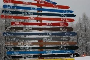 Cartelli a forma di sci e di 8000