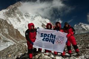 I russi al K2 con lo striscione olimpico (Photo k2-winterclimb.ru)