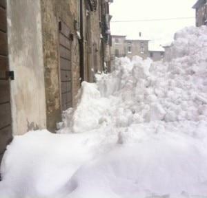 La neve caduta in una delle vie di Apecchio (Photo courtesy of apecchio.info)
