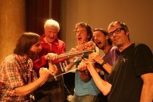 I vincitori del Piolets d'or 2011 scherzano con la piccozza d'oro (Photo courtesy http://manuelguia.blogspot.com/2011/05/piolets-dor-chamonix.html)