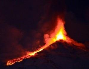 La nuova eruzione dell'Etna, lava sulla neve 3 (Photo courtesy Repubblica.it)