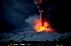 La nuova eruzione dell'Etna, lava sulla neve (Photo courtesy Repubblica.it)
