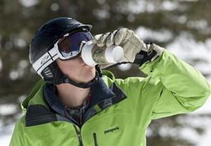 Sciatore con un caldo Starbucks (Photo courtesy springwise.com)