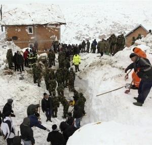 I soccorritori all'opera nella zona di Restelica dove è caduta la valanga (© Valdrin Xhemaj / EPA)