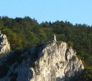 Il cippo che ricorda Emilio Comici in Val Rosandra