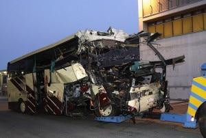 Il pullman dopo l'incidente nel Canton Vallese (Photo Reuters Denis Balibouse)