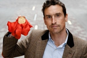 Kenton Cool con la medaglia olimpica del 1924 (Photo all-likeit.blogspot.com)
