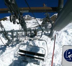 La seggiovia distrutta dalla valanga nelle Alpi francesi (Photo www.ledauphine.com)